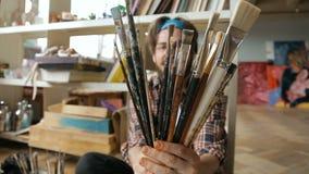 Malarz Demonstruje Paintbrushes zbiory