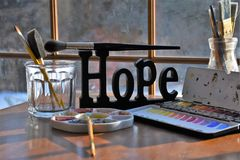 Malarz dostawy wokoło znaka nadzieja zdjęcia stock