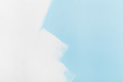 Malarz maluje ścianę z farba rolownikiem zdjęcia royalty free