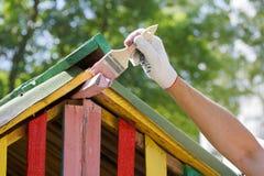 Malarz maluje dach Fotografia Stock