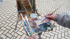 Malarz mieszanek farba na palecie zdjęcie wideo