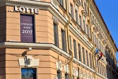 Malarz naprawa fasada Lotte hotel w słońcu Obrazy Stock