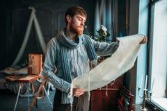 Malarz patrzeje brezentowego obraz przeciw okno Zdjęcia Stock