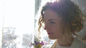 Malarz praca, uśmiechniętego sztuka rzemieślnika mieszanek żeńskie farby na palecie z grzywny muśnięciem podczas gdy pracujący na zdjęcie wideo