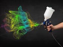Malarz pracuje z airbrush i farby kolorową farbą Obrazy Royalty Free