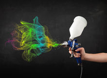 Malarz pracuje z airbrush i farby kolorową farbą Zdjęcia Royalty Free
