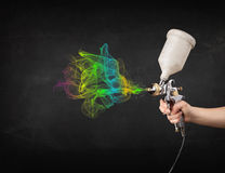 Malarz pracuje z airbrush i farby kolorową farbą Zdjęcie Royalty Free
