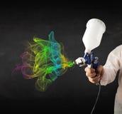 Malarz pracuje z airbrush i farby kolorową farbą Zdjęcia Stock