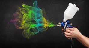 Malarz pracuje z airbrush i farby kolorową farbą Zdjęcie Stock