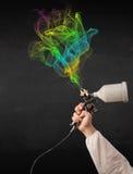 Malarz pracuje z airbrush i farby kolorową farbą Obraz Royalty Free