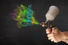 Malarz pracuje z airbrush i farby kolorową farbą Fotografia Royalty Free