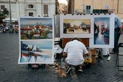 Malarz sprzedaje jego obrazy w piazza Navona w Rzym Zdjęcie Royalty Free