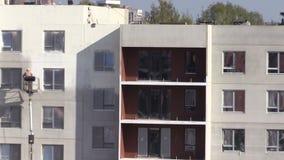 Malarza mężczyzna kiści farba na mieszkanie domu ścianie zbiory wideo