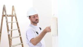 Malarza mężczyzna przy pracą, z rolkową obraz ścianą, malarza dom zbiory wideo
