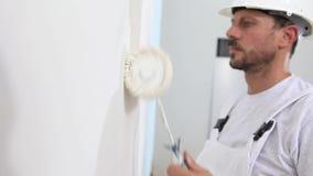 Malarza mężczyzna przy pracą, z rolkową obraz ścianą, malarza dom zbiory