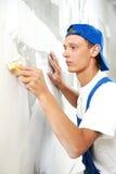 Malarza pracownika obieranie z tapety zdjęcia stock