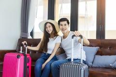 Malas de viagem asiáticas da embalagem do viajante dos pares da felicidade que preparam-se para Imagens de Stock Royalty Free