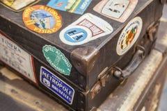 Malas de viagem de couro da bagagem completamente de etiquetas do hotel Fotos de Stock Royalty Free