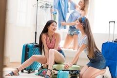 Malas de viagem de embalagem das mulheres para férias junto em casa, embalando o conceito da bagagem Fotos de Stock Royalty Free