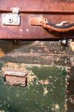 Malas de viagem desgastadas velhas foto de stock