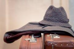 Malas de viagem do revestimento, do chapéu e do vintage imagens de stock