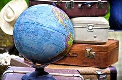 Malas de viagem do vintage com o globo fotos de stock