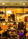 Malas de viagem e sacos em uma janela de loja, em Towson, Maryland Fotografia de Stock Royalty Free