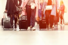 Malas de viagem na área de espera do terminal de aeroporto imagem de stock