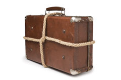 Malas de viagem velhas amarradas com corda Imagens de Stock
