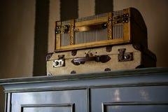 Malas de viagem velhas sobre o wardrobe Foto de Stock