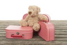 Malas de viagem vermelhas e brancas do vintage três com urso de peluche Imagens de Stock