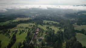 Malas montañas bávaras aéreas de Toelz Campo de golf Montaña de Blomberg Tiro del abejón de la mañana con algunas nubes en el cie metrajes