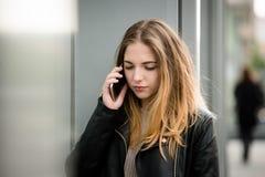 Malas noticias - mujer en el teléfono Imagen de archivo libre de regalías