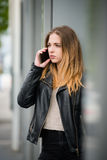 Malas noticias - mujer en el teléfono Foto de archivo