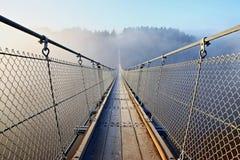 Malas perspectivas - puente colgante en la niebla fotos de archivo libres de regalías