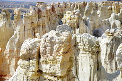 Malas sombras rayadas blancas imponentes de la piedra arenisca en barranco de la mina de carbón cerca de la ciudad de la tuba, Ar Fotografía de archivo