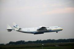 Malasia, 2016 - avión de pasajeros comercial en gravar para aterrizar en Kuala Lumpur International Airport Imagen de archivo