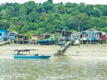 Malasia - barco y pueblo fotos de archivo