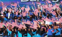 Malasios que agitan la bandera malasia Fotografía de archivo libre de regalías