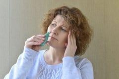 Malato con la medicina del naso della sgocciolatura della donna della rinite Fotografia Stock Libera da Diritti