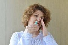 Malato con la medicina del naso della sgocciolatura della donna della rinite Immagini Stock Libere da Diritti