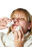 Malato con una medicina del naso della sgocciolatura della donna della rinite isolata Fotografie Stock Libere da Diritti