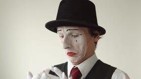 Malato del mimo dell'uomo Ha una gola irritata, tosse, i freddo Primo piano su fondo bianco video d archivio