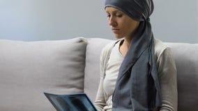 Malato di cancro triste che esamina immagine dei raggi x, aspettativa pessimistica dal trattamento stock footage