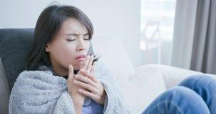 Malato e tosse della donna fotografie stock