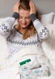 Malato, freddo della donna, influenza, febbre alta ed emicrania Fotografia Stock Libera da Diritti
