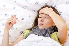 Malato ritenente ed avere alta febbre Immagini Stock Libere da Diritti