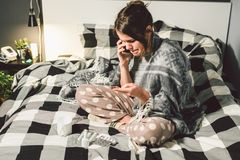 Malattie respiratorie e rimedi domestici malato della giovane donna con la camera da letto di seduta fredda su emozione di triste immagini stock