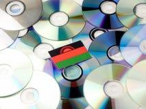 Malawi flaga na górze cd i DVD stosu odizolowywającego na bielu Obrazy Stock