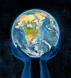 Malawi op aarde in handen Stock Afbeelding